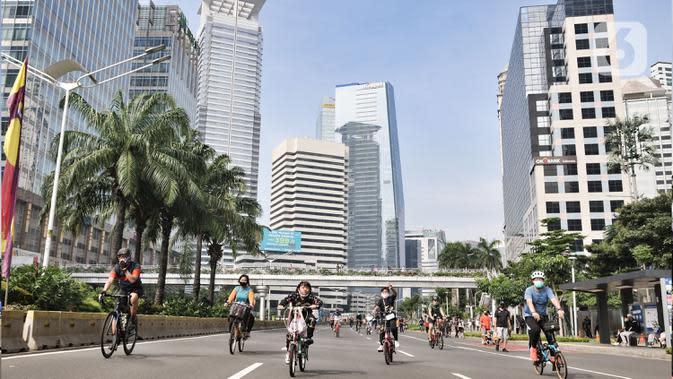 Warga mengendarai sepeda saat kegiatan Car Free Day (CFD) di Kawasan Sudirman, Jakarta, Minggu (21/6/2020). Pada CFD pertama di masa PSBB Transisi, warga Ibu Kota terlihat lebih memilih bersepeda sebagai sarana olahraga dengan tetap menerapkan protokol kesehatan Covid-19. (merdeka.com/Iqbal Nugroho)