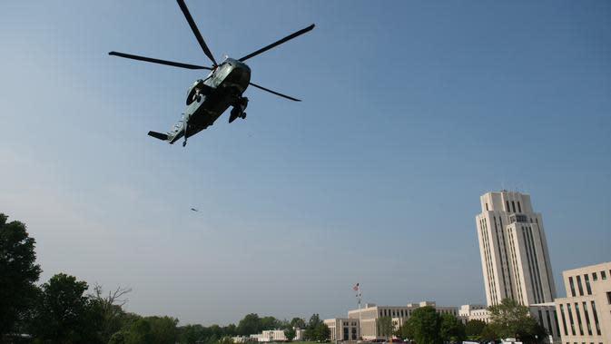 Helikopter Marine One yang membawa Presiden AS, Donald Trump tiba di Pusat Medis Militer Nasional Walter Reed, Maryland, Senin (14/5). Melania Trump, istri Donald Trump, menjalani operasi untuk menyembuhkan kondisi ginjalnya. (AFP/SAUL LOEB)