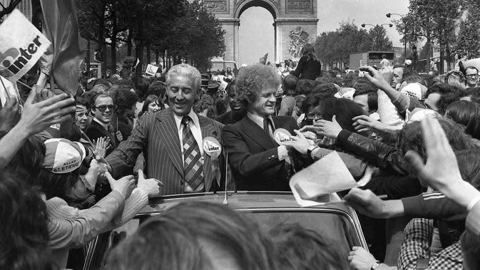 Roger Rocher (kiri) dan Robert Herbin, diarak di Champs-Elysees. (AFP)