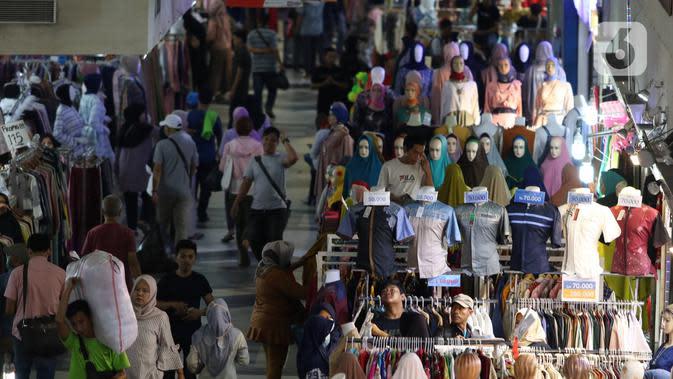 Aktivitas penjualan baju di Blok B Pasar Tanah Abang, Jakarta, Kamis (19/03). Terkait merebaknya virus Corona (Covid-19) Pasar Tanah Abang Blok B mengalami penurunan penjualan. Namun sebagian warga masih berdatangan untuk membeli kebutuhan dalam menyambut Bulan Ramadan. (Liputan6.com/Angga Yuniar)