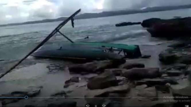 Perahu Hancur Dihantam Ombak, 9 Wisatawan Selamat