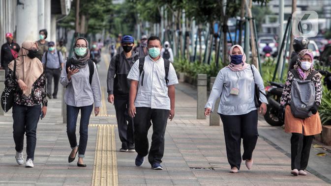 Pemerintah memberi kelonggaran bergerak bagi warga berusia di bawah 45 tahun untuk mengurangi angka pemutusan hubungan kerja (PHK) akibat pandemi virus corona COVID-19. (Liputan6.com/Johan Tallo)