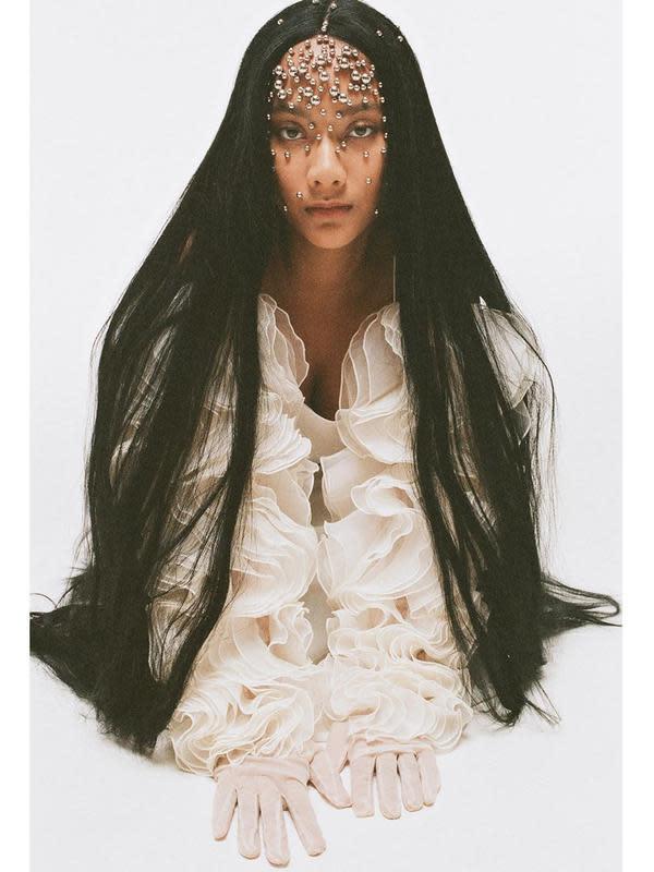 Gaya nyentrik Tara Basro dengan rambut super panjang. (Sumber: Instagram/@tarabasro)