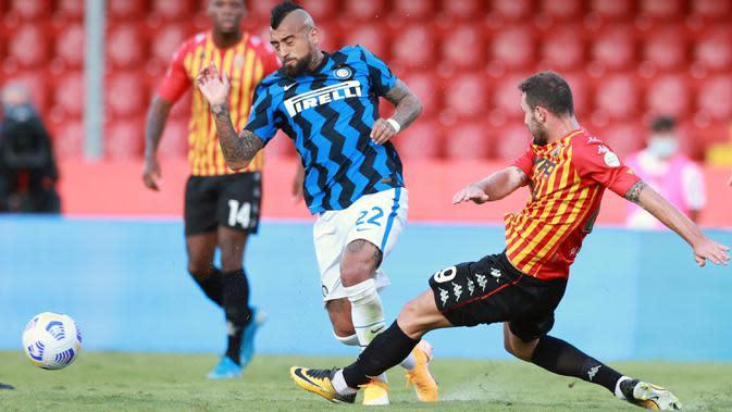 Gelandang Inter Milan, Arturo Vidal berebut bola dengan pemain Benevento, Artur Ionita pada laga giornata kedua Serie A di Stadio Ciro Vigorito, Rabu (30/9/2020). Inter Milan tanpa kesulitan berarti mencukur tim promosi Liga Italia Benevento 5-2. (Alessandro Garofalo/LaPresse via AP)