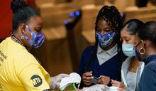 完成疫苗接種者 美CDC:室內外幾乎免戴口罩