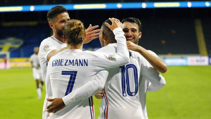 Para pemain Prancis merayakan gol yang dicetak oleh Kylian Mbappe ke gawang Swedia pada laga UEFA Nations League di Friends Arena, Minggu (6/9/2020). Prancis menang 1-0 atas Swedia. (Christine Olsson/TT via AP)