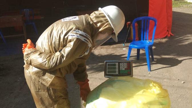 Dinas Lingkungan Hidup Banyuwangi menggandeng pihak ketiga yang memiliki sertifikasi untuk pengelolaan limbah B3 dari Kementrian Kesehatan.