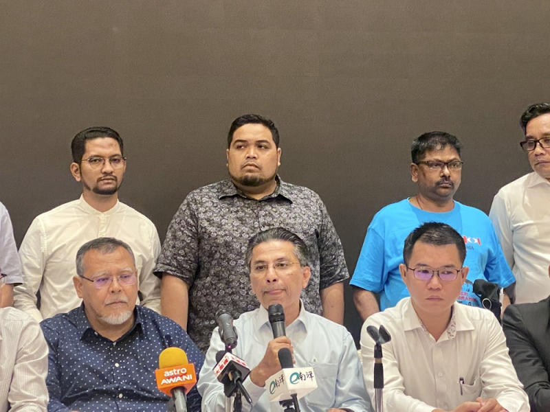Johor PKR chief Syed Ibrahim Syed Noh (centre), who represented the Johor Pakatan Harapan (PH), said the coalition will request to have an audience with state ruler Sultan Ibrahim Sultan Iskandar. — Picture by Ben Tan