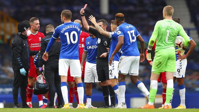 Wasit Michael Oliver menunjukkan kartu merah kepada pemain Everton Richarlison pada pertandingan Liga Premier Inggris di Stadion Goodison Park, Liverpool, Inggris, Sabtu (17/10/2020). Pertandingan berakhir dengan skor 2-2. (Cath Ivill/Pool via AP)