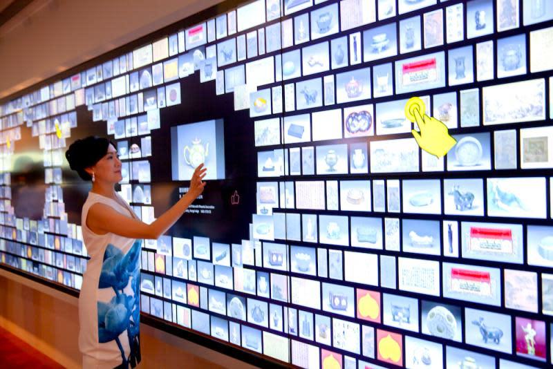 ▲故宮北院今(27)日正式推出全新的導覽大廳,結合數位典藏與互動科技,打造出亞洲最大的「文物互動導覽牆」。(圖/故宮提供)