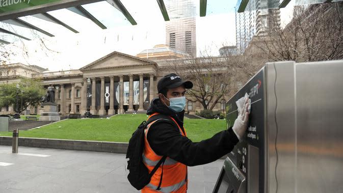Seorang petugas sanitasi membersihkan fasilitas publik di Melbourne, Australia (3/8/2020). Melbourne memasuki pembatasan Tahap 4 dengan aturan yang lebih ketat sebagai upaya untuk membatasi pergerakan masyarakat dan penyebaran COVID-19. (Xinhua/Bai Xue)
