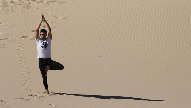 Unik, Pria Ini Lakukan Yoga di Tengah Jalan Raya