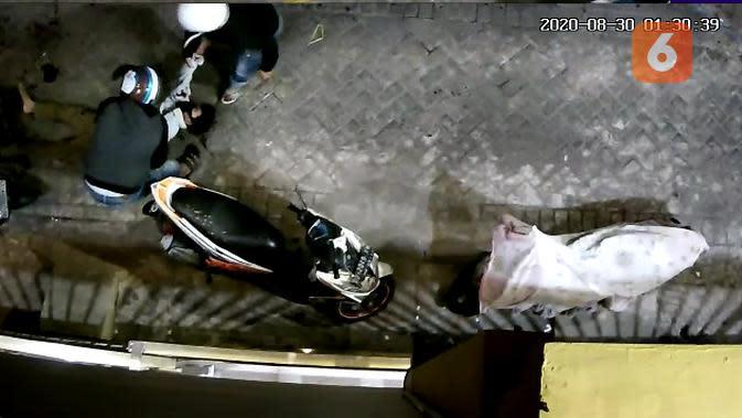 Tangkapan layar rekaman CCTV saat warga makassar terkena peluru tembakan peringatan polisi (Fauzan)