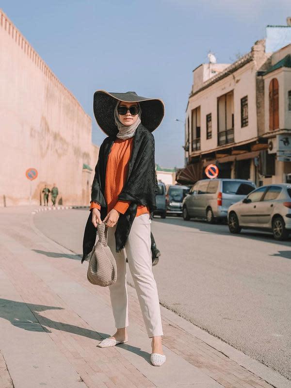 Inspirasi busana hijab dengan topi ala Mega Iskanti. (dok. Instagram @megaiskanti/https://www.instagram.com/p/B5-ED73Ai9l//Adhita Diansyavira)