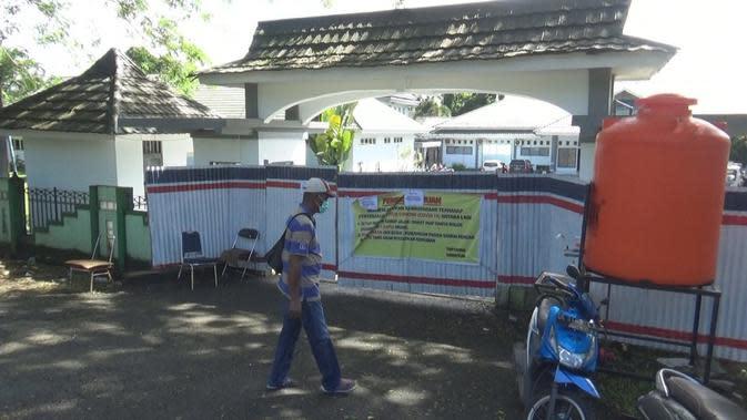 Seluruh pintu masuk keluar RSUD dr.Ishak Umarela ditutup, setelah 18 tenaga medis terlonfirmasi positif Covid-19.