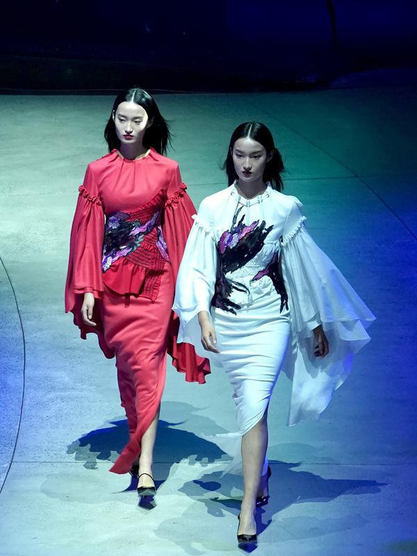 Para model memperagakan kreasi busana rancangan Zhang Zhaoda dan putrinya, Zhang Kaihui, dalam pembukaan Beijing Fashion Week di Beijing, ibu kota China (15/9/2020). (Xinhua/Chen Jianli)