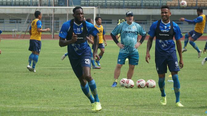 Duo striker Persib Bandung Geoffrey Castillion dan Wander Luiz mengikuti sesi latihan di Stadion Gelora Bandung Lautan Api, Jumat (13/3/2020). (Liputan6.com/Huyogo Simbolon)