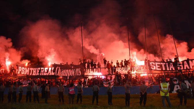 Suporter PSM Makassar kecewa besar tim kesayangannya meraih gelar Liga 1 2018 sekalipun Tim Juku Eja meraih kemenangan telak 5-1 atas PSMS di Stadion Andi Mattalatta, Mattoangin, Minggu (9/12/2018). (Bola.com/Abdi Satria)