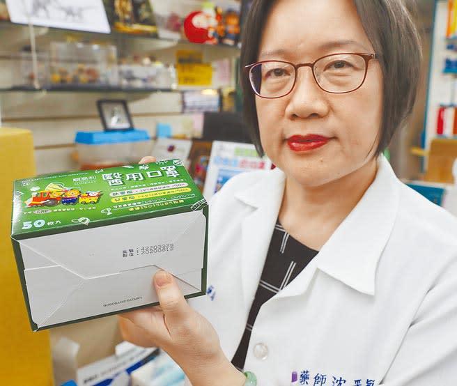 開業藥師沈采穎13日表示,傳統認明MIT鋼印方式已無法辨別口罩真偽,她表示口罩外盒盒底的批號與製造日期,是防偽的重要參考。(季志翔攝)