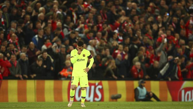 Striker Barcelona, Lionel Messi, tertunduk lesu usai ditaklukkan Liverpool pada laga semifinal Liga Champions 2019 di Stadion Anfield, Selasa (7/5). Liverpool menang 4-0 atas Barcelona. (AP/Dave Thompson)