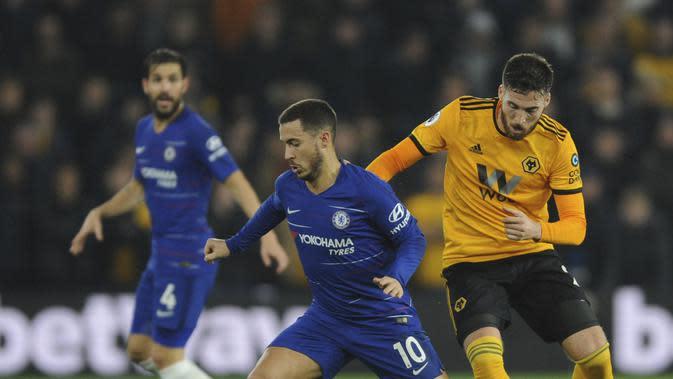 Winger Chelsea, Eden Hazard, diadang bek Wolverhampton Wanderers, Matt Doherty, dalam laga lanjutan Premier League di Molineux Stadium, Kamis (6/12/2018) dini hari WIB. (AP Photo/Rui Vieira)