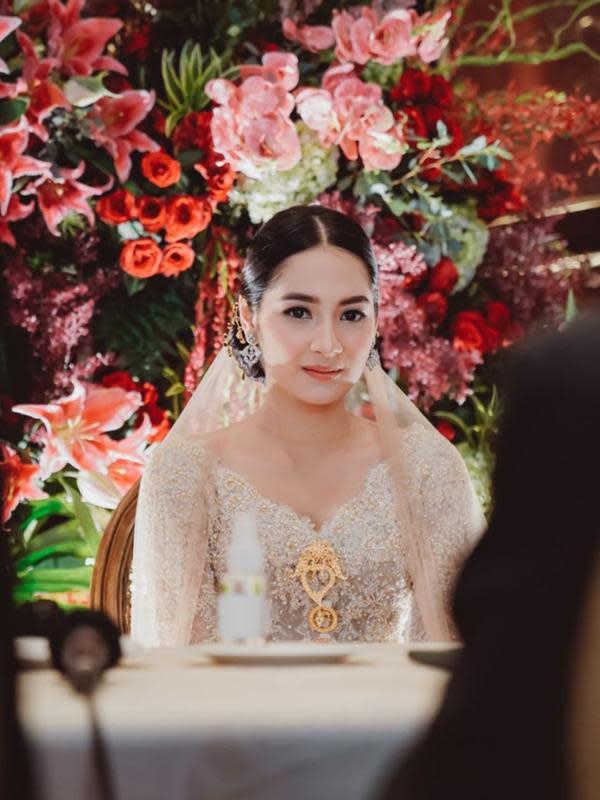 Dalam prosesi akad nikah, Niken cantik dengan kebaya berwarna broken white rancangan Didiet Maulana. Ditambah dengan bros emas yang mengiasi bagian dadanya. Penampilannya yang sederhana membuat Niken begitu elegan. (Instagram/armanfebryan)