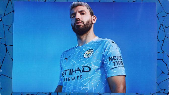 Penyerang Manchester City, Sergio Aguero, berpose dengan jersey kandang baru untuk musim 2020-2021 yang dikenalkan ke publik pada Kamis (16/7/2020). (Bola.com/Dok. Manchester City)