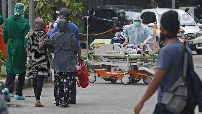 Petugas medis memindahkan pasien usai melakukan pemeriksaan mandiri virus corona COVID-19 di RSUD Pasar Minggu, Jakarta Selatan, Kamis (26/3/2019). Pemeriksaan diikuti Orang Dalam Pemantauan (ODP), Pasien Dalam Pengawasan (PDP), dan suspect virus corona COVID- 19. (Liputan6.com/Herman Zakharia)