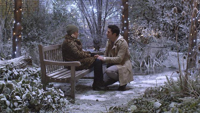 Henry Golding dan Emilia Clarke dalam Last Christmas. (Foto: Dok. IMDb/ Universal Pictures)