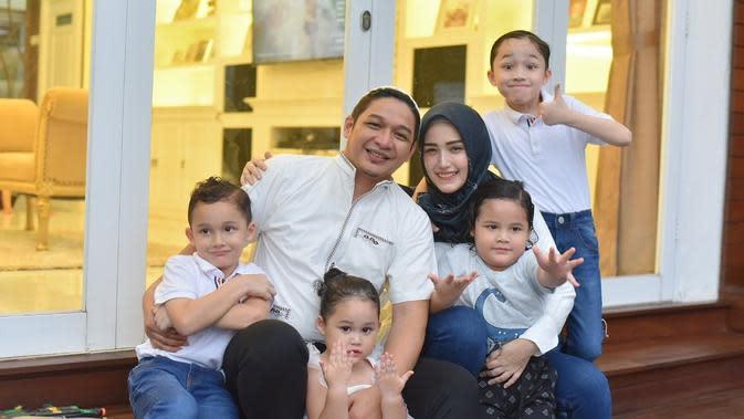 Selain selebriti yang punya lima anak, Pasha Ungu memiliki tujuh anak dari dua kali menikah. Pernikahan pertama dengan Okie Agustina memiliki tiga anak. Dan dari pernikahannya dengan Adelia memiliki empat anak. (Instagram/pashaungu_vm)