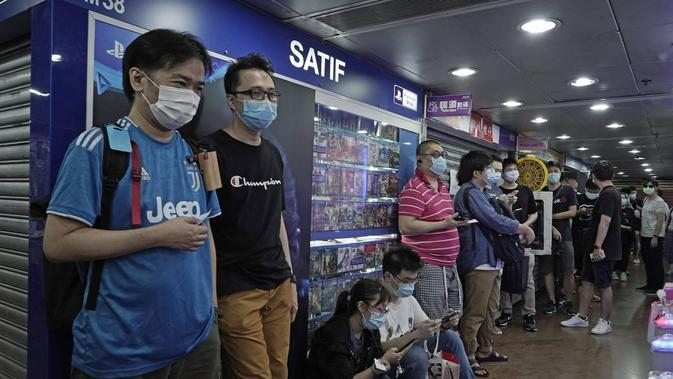 Penggemar game mengantre ikut pre-order game konsol Sony's PlayStation 5 (PS5) di toko retail Hong Kong, Jumat, (18/9/2020). (AP Photo/Kin Cheung)