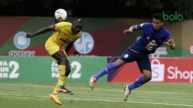 Duel Herman Dzumafo (Bhayangkara FC) versus bek Arema, Hamka Hamzah (kanan), di Stadion PTIK, Jakarta (27/11/2019). (Bola.com/Yoppy Renato)