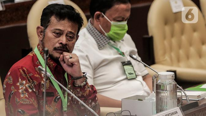 Mentan Syahrul Yasin Limpo mengenakan kalung bertuliskan anti virus corona saat raker dengan Komisi IV DPR di Kompleks Parlemen, Senayan, Jakarta, Selasa (7/7/2020). Rapat membahas program strategis kementerian dalam rangka percepatan pemulihan ekonomi dampak COVID-19. (Liputan6.com/Johan Tallo)