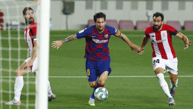 Striker Barcelona, Lionel Messi, berusaha melewati pemain Athletic Bilbao, Mikel Balenziaga, pada laga La Liga di Stadion Camp Nou, Selasa (23/6/2020). Barcelona menang 1-0 atas Athletic Bilbao. (AP/Joan Monfort)