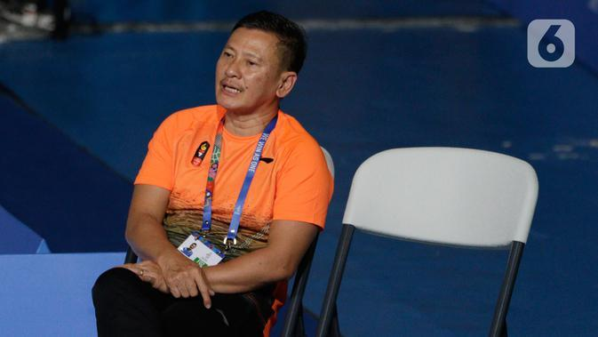 Pelatih tunggal putra Indonesia, Hendri Saputra, mengamati Anthony Ginting saat melawan Soong Joo Ven pada final beregu SEA Games 2019 di Multinlupa Sport Center, Filipina, Rabu (4/12/2019). Ginting menang 13-21, 21-15, dan 21-18. (Bola.com/M Iqbal Ichsan)