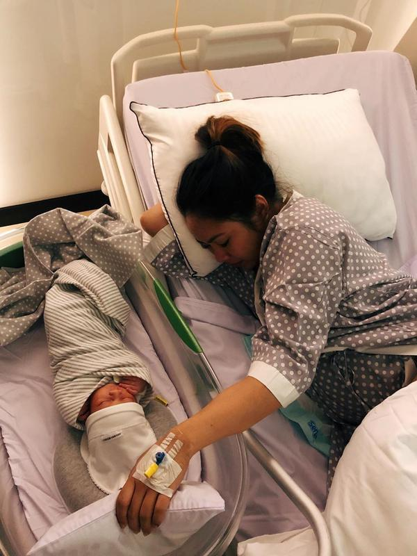 Lahirnya bayi mungil tersebut secara otomatis Marcell dan istri juga memiliki peran baru sebagai orang tua. Nah, menjadi ayah baru, Marcell tentu sangat bahagia. Kehadiran anaknya tersebut bisa menjadi pelepas lelah sepulang kerja. (Instagram/marcelldarwin)