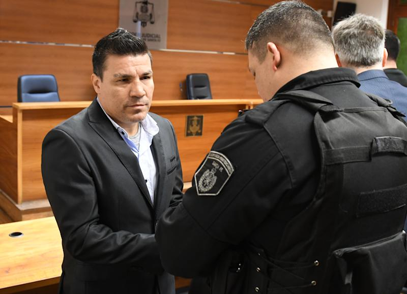 Argentine former boxer Carlos Baldomir (L) have his handcuffs removed at a court in Santa Fe, Argentina on July 31, 2019. Argentine former welterweight world boxing champion Carlos Baldomir was sentenced to 18 years in prison on July 31 for the repeated sexual abuse of one of his daughters, a court in Santa Fe announced. (Photo by Javier Escobar/NurPhoto via Getty Images)