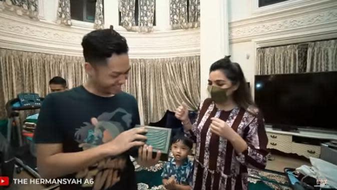 Selesai tiup lilin, Azriel menerima kado pertama dari ibundanya, Ashanty. Sebuah kado jam tangan mewah diberikan Ashanty untuk putranya. (Youtube/ The Hermansyah A6)