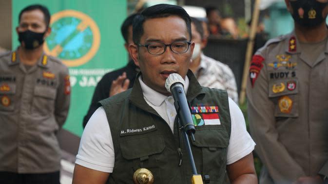 Gubernur Jawa Barat Ridwan Kamil memberikan keterangan kepada pers usai mendapatkan suntik vaksin Covid-19 di Puskesmas Garuda, Kota Bandung, Jumat (28/8/2020). (Liputan6.com/Huyogo Simbolon)