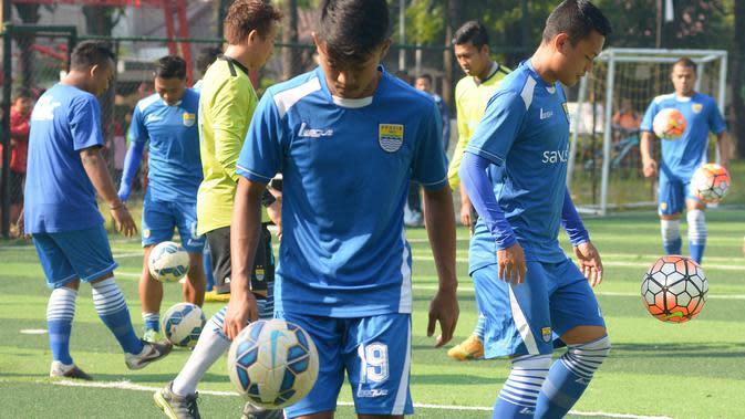 Suasana latihan bersama Persib Bandung sebelum pandemi virus Corona COVID-19 menyerang. (Bola.com/Erwin Snaz)