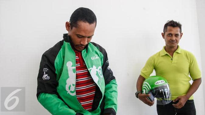 Anang Ma'ruf saat pertama kali kenakan jaket Go-Jek (Ahmad Zaini/Liputan6.com)