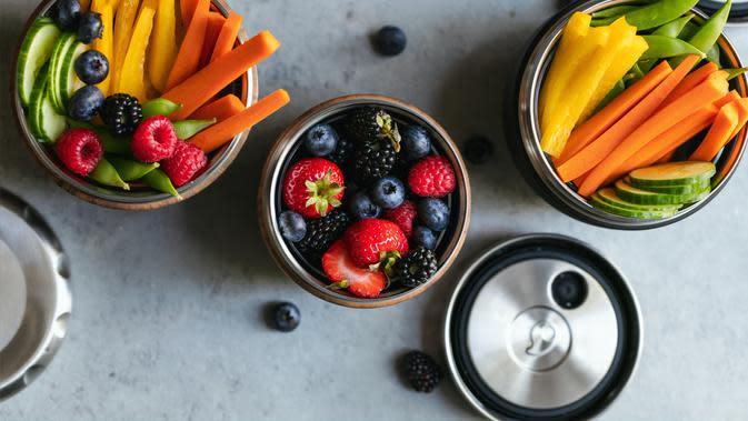 ilustrasi buah dan sayur/Photo by S'well on Unsplash