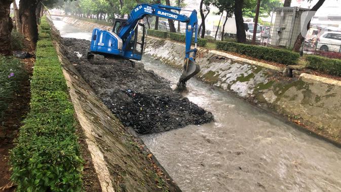 Antisipasi Banjir, PPSU Keruk Lumpur di Saluran Air Jaksel
