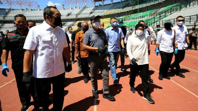 Menteri Pemuda dan Olahraga (Menpora) Republik Indonesia, Zainudin Amali dan Wakil Ketua Umum PSSI Iwan Budianto meninjau langsung progres renovasi Stadion Gelora Bung Tomo (GBT). (Foto: Dok Istimewa)