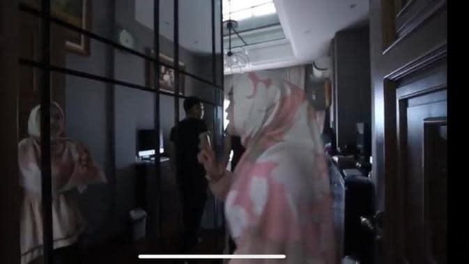 Kamar di rumah Denny Cagur. (YouTube/Ricis Official)