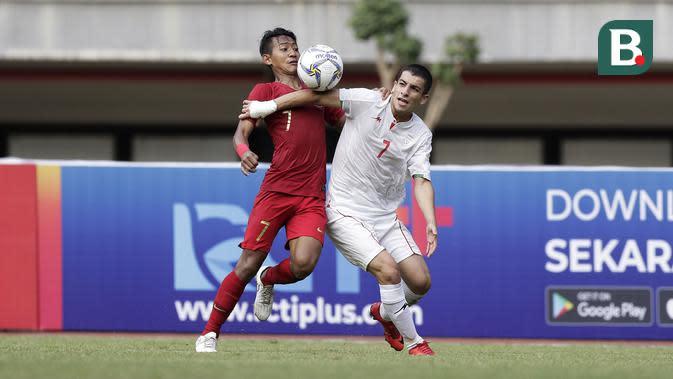 Gelandang Timnas Indonesia U-19, Beckham Putra Nugraha (kiri), saat berduel dengan pemain Iran dalam laga uji coba di Stadion Patriot Candrabhaga, Bekasi, Sabtu (7/9/2019). (Bola.com/Yoppy Renato)
