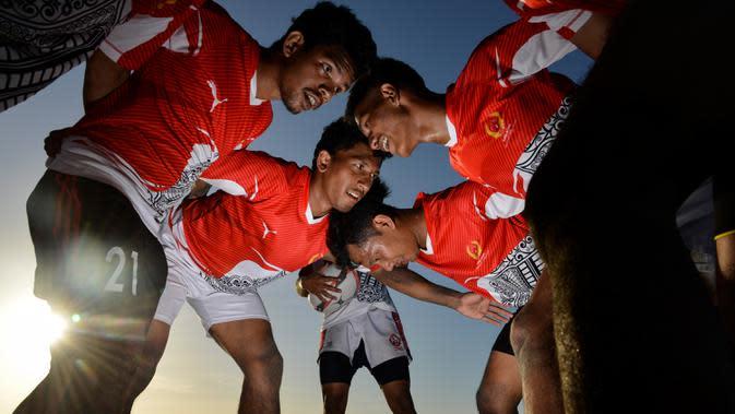 Sejumlah atlet nasional cabang olahraga Rugbi Indonesia mengikuti latihan di pesisir sebuah pantai di Banda Aceh, Aceh, Kamis (2/7/2020). Latihan ini dilakukan untuk persiapan PON Papua dan Sea Games 2021 di Vietnam. (Photo by CHAIDEER MAHYUDDIN / AFP)