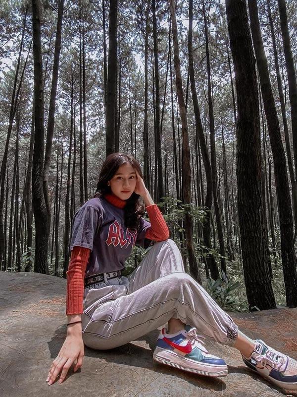 Menggunakan baju kaus berwarna ungu dan turtleneck, penyanyi yang baru berusia 17 tahun ini tampak berpose di hutan pinus. Penampilannya selalu dapat mencuri perhatian dengan gayanya yang selalu memesona. (Liputan6.com/IG/@keisyalevronka)