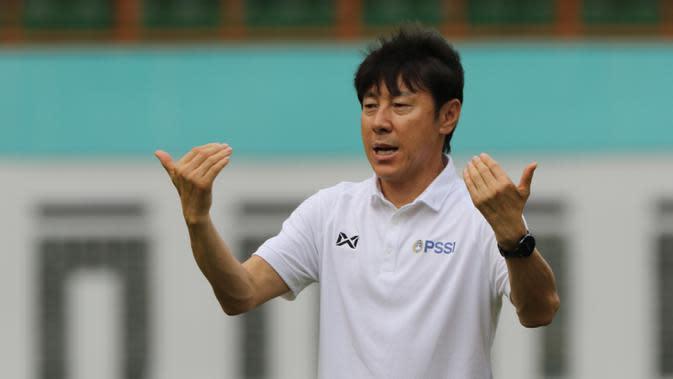 Manajer pelatih Timnas Indonesia, Shin Tae-yong, memantau latihan Timnas U-19 di Stadion Wibawa Mukti, Senin (13/1/2020). Pria asal Korsel ini menjadi supervisi untuk Timnas Indonesia senior, U-22, U-20, dan U-16. (Bola.com/M Iqbal Ichsan)
