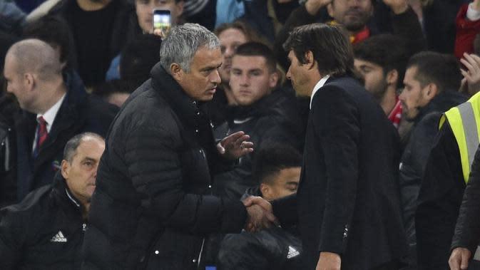 Manajer Manchester United Jose Mourinho (kiri) dan manajer Chelsea Antonio Conte dalam sebuah pertandingan di Stamford Bridge, London, pada 2016. (AFP/Glyn Kirk)